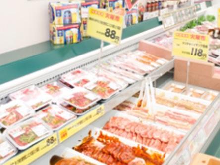 お肉の商品化やパック詰め、品出しなどを担当します。