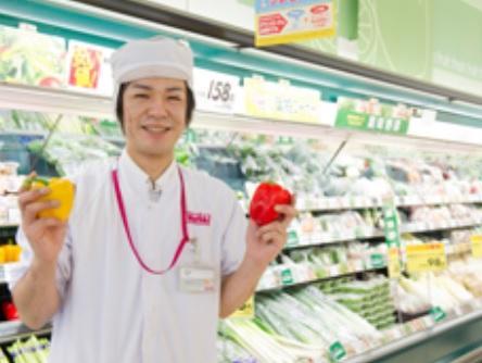 お野菜・果物の簡単な加工や品出しを担当します。