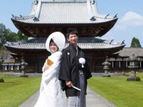 年間1,000組以上の実績を活かし、結婚式の企画を実施
