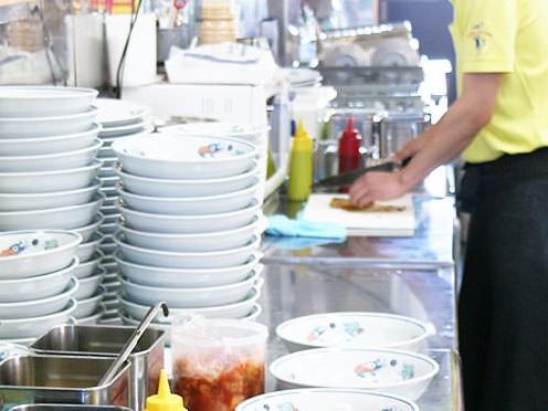 まずはお客さまへの挨拶と片付け、食器洗いから!